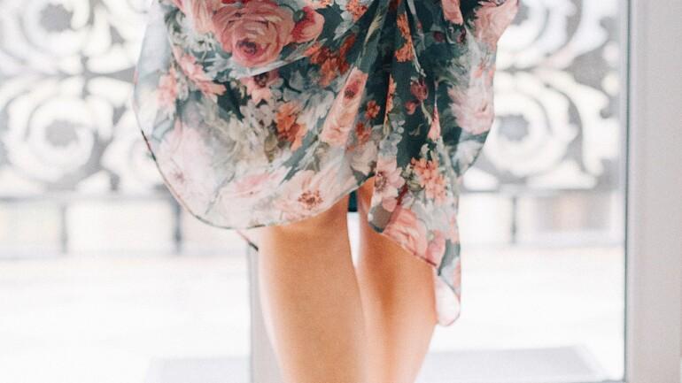 Odmiana od sukienek i spódnic – wypróbuj kobiece kombinezony