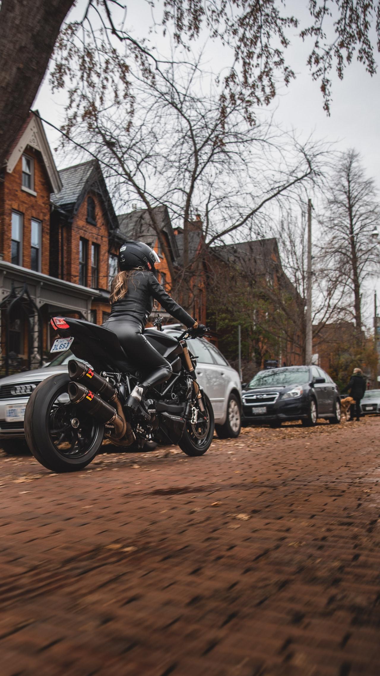 Jakie spodnie dla motocyklistów warto wybrać?