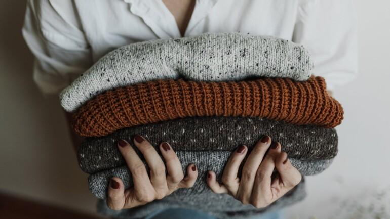 Swetry damskie do sukienek – 5 zasad dobierania