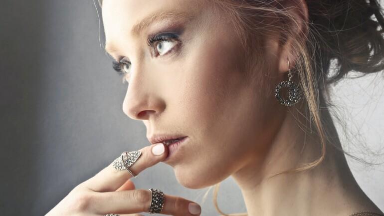 Dobór biżuterii do okazji – kiedy i co założyć?